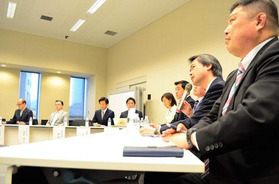 衆参両院から超党派の国会議員7人が集まった。挨拶する湯淺墾道 情報セキュリティ大学院大学教授(右から2人目)。